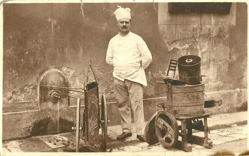 Mr Fanton Henry devant ses inventions, côté jardin de ville (devant ses inventions : triporteur pliant à gauche et sorbetière à droite)