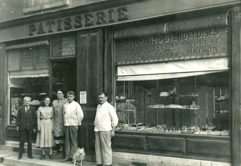 1949 – A droite Henry Fanton – A gauche, sa femme Marthe avec Jeanette, la femme de Jacques – entourés d'un ami et d'un apprentie et du chien Boudou !